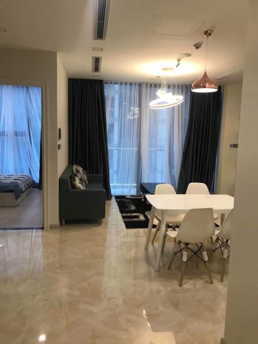 Bán căn hộ Vinhomes Golden River tầng thấp view đẹp, 2 phòng ngủ.