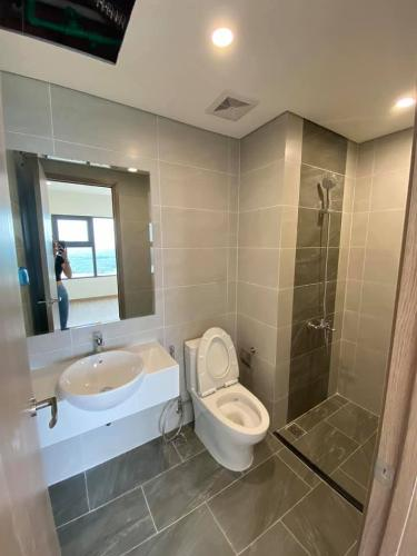 Toilet Vinhomes Grand Park Quận 9 Căn hộ Vinhomes Grand Park tầng trung, 3 phòng ngủ.