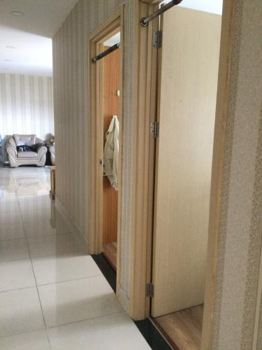 Phòng khách Oriental Plaza, Tân Phú Căn hộ Oriental Plaza nội thất cơ bản, ban công hướng Đông Nam.