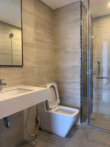 Toilet One Verandah  Căn hộ tầng 17 One Verandah, view thành phố và sông.