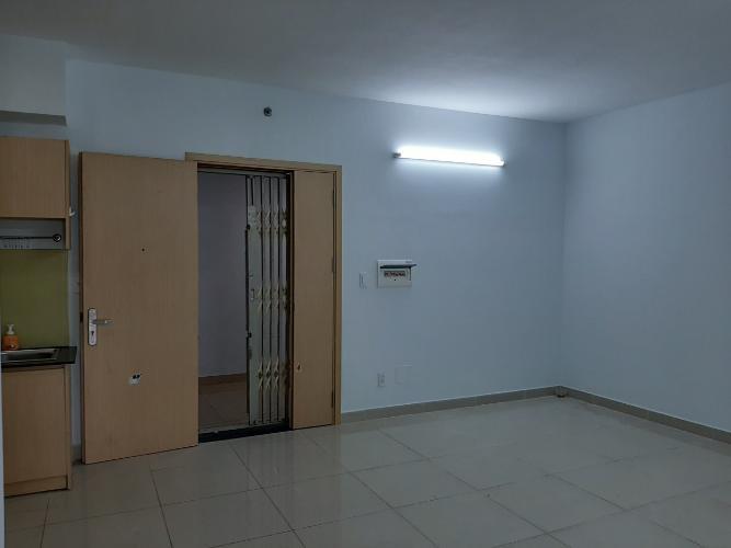 Phòng khách căn hộ Oriental Plaza Căn hộ Oriental Plaza nội thất cơ bản, view thành phố thoáng mát.