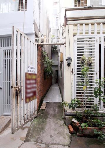 cổng nhà nhà phố quận 3 Bán nhà hẻm Quận 3, nội thất cơ bản, ban công và cửa hướng Đông.