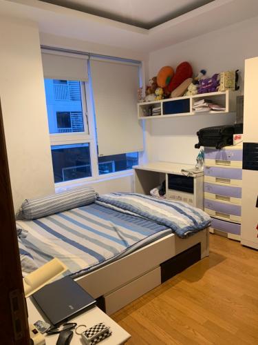 Phòng ngủ căn hộ Sky Center, Tân Bình Căn hộ Sky Center tầng thấp ban công hướng Đông, đầy đủ nội thất.