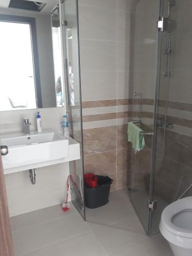 Phòng tắm Saigon Royal, Quận 4 Căn hộ Saigon Royal tầng trung, ban công hướng Đông Nam.