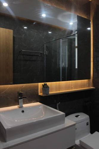 Toilet căn hộ SUNRISE CITYVIEW Căn hộ Sunrise CityView diện tích 105m2, đầy đủ nội thất, view Phú Mỹ Hưng