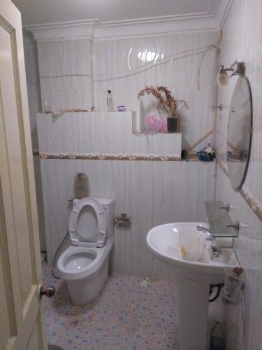 toilet Nhà phố hướng Đông Bắc, đường xe hơi rộng rãi, 160m2.