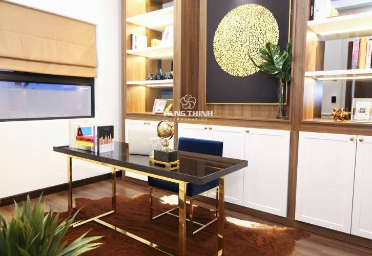 Nội thất phòng làm việc Căn hộ Q7 Saigon Riverside nội thất cơ bản nhìn ra đường phố.