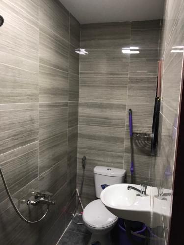 Nhà vệ sinh Nhà phố Quận 1 hướng Đông Nam diện tích sử dụng 120m2.