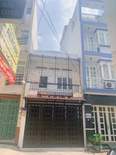 Nhà phố hẻm Phan Đăng Lưu, thiết kế hiện đại, sàn lót gỗ.