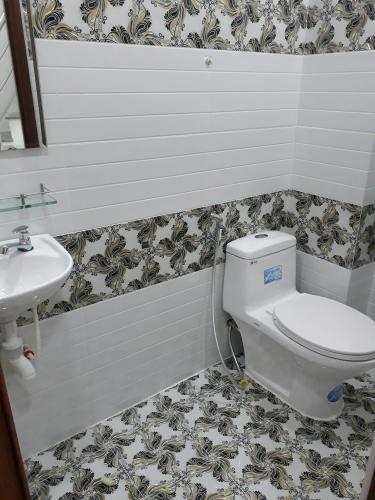 Phòng tắm nhà phố Cách Mạng Tháng 8, Quận 3 Nhà phố hẻm trung tâm quận 3, hướng Tây Nam, sân thượng rộng.