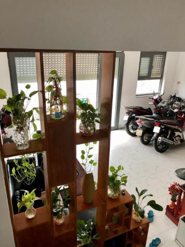 Phòng khách nhà phố quận Bình Thạnh Nhà hẻm xe hơi Q. Bình Thạnh, hướng Nam chệch Tây, diện tích 6x5.9m.