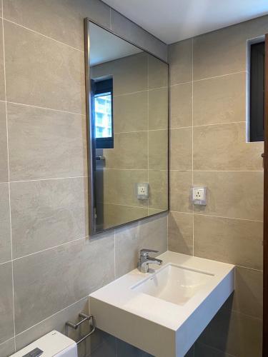 Toilet One Verandah Quận 2 Căn hộ One Verandah tầng trung, view sông và thành phố thoáng mát.