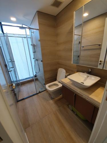 toilet Căn hộ Vinhomes Golden River tầng cao, view hướng Đông Bắc.