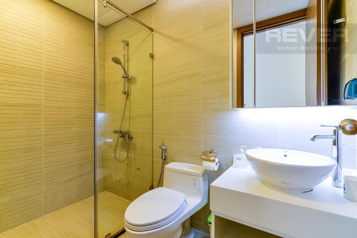 Toilet Cho thuê căn hộ Vinhomes Central Park 2PN, tầng thấp, diện tích 75m2, đầy đủ nội thất, view nội khu