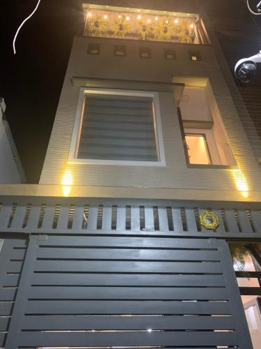 Mặt tiền nhà phố Nhà phố Quận 4 hướng Nam gồm 1 trệt 1 lầu, diện tích đất 49m2.