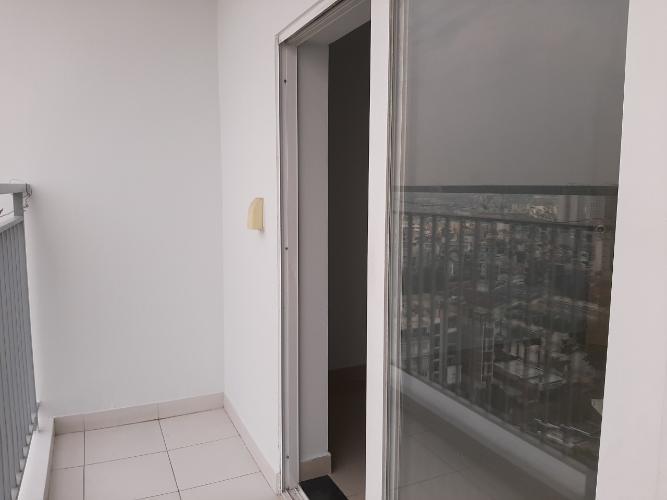 Ban công căn hộ Oriental Plaza Căn hộ Oriental Plaza nội thất cơ bản, view thành phố thoáng mát.