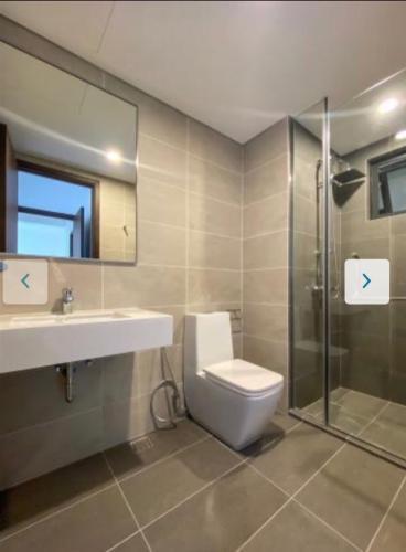 toilet căn hộ One Verandah Căn hộ One Verandah nội thất cơ bản, view thành phố sầm uất.