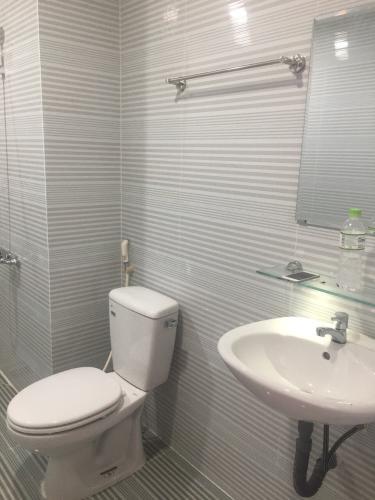WC Bán và cho thuê Officetel The Sun Avenue thuộc tầng thấp,  1 phòng ngủ, diện tích 53m2, nội thất cơ bản