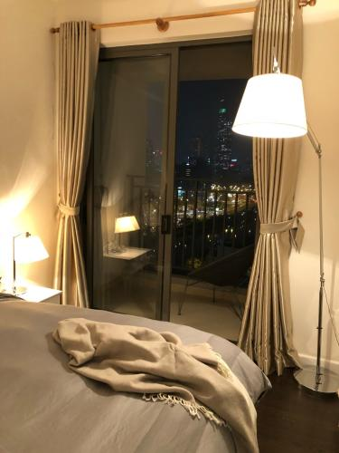 Phòng ngủ River Gate, Quận 4 Căn hộ Rivergate Residence tầng trung, view Bitexco lung linh về đêm.