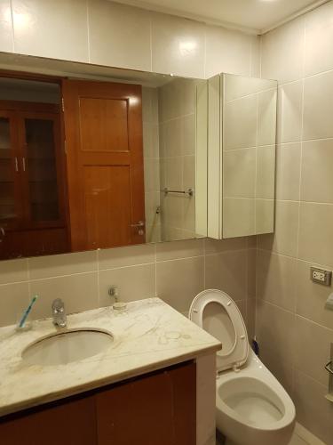 Toilet căn hộ THE MANOR Bán hoặc cho thuê căn hộ The Manor 3PN, diện tích 136m2, đầy đủ nội thất, căn góc, view thành phố