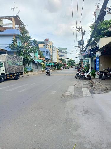 Đường trước nhà Nhà phố hướng Bắc, mặt tiền đường lớn, thích hợp kinh doanh.