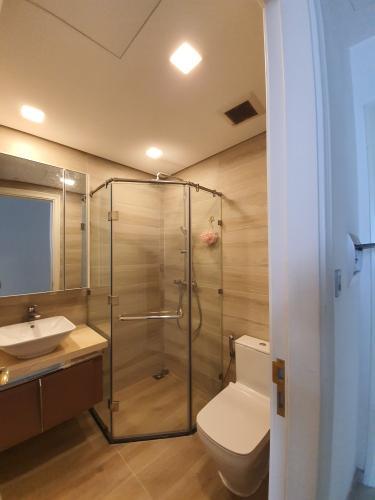 Phòng tắm Vinhomes Golden River Quận 1 Căn hộ Vinhomes Golden River tầng cao, ban công hướng Đông Bắc.
