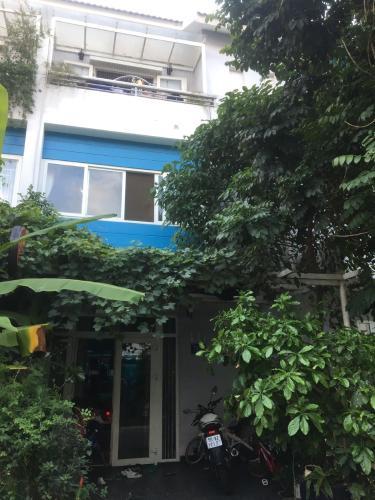 Mặt trước nhà phố Quận 9 Bán nhà đường D3, khu dân cư Mega Ruby Khang Điền, sổ hồng, hướng cửa Đông Nam