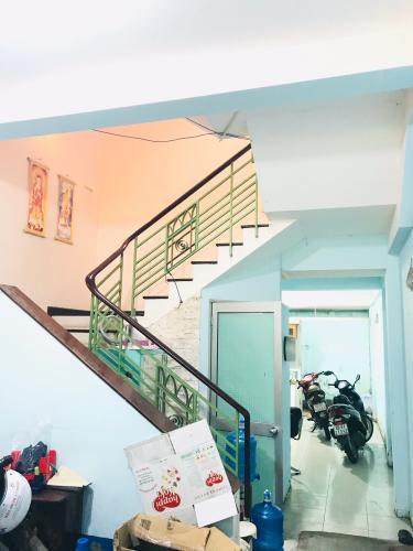 Cầu thang nhà phố quận 4 Bán nhà phố 4 phòng ngủ đường hẻm Nguyễn Trường Tộ, diện tích đất 86.6m2, diện tích sàn 167.4m2, sổ hồng đầy đủ