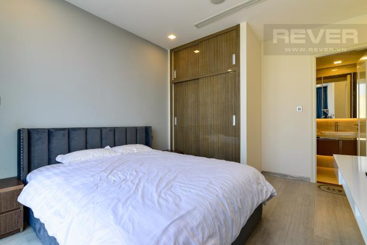 Phòng Ngủ 1 Bán hoặc cho thuê căn hộ Vinhomes Golden River 2PN tầng trung, đầy đủ nội thất, view sông Sài Gòn và Landmark 81