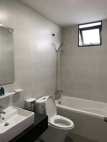 phòng vệ sinh căn hộ mizuki park Căn hộ Mizuki Park view cây xanh, sàn lót gỗ, nội thất cơ bản.
