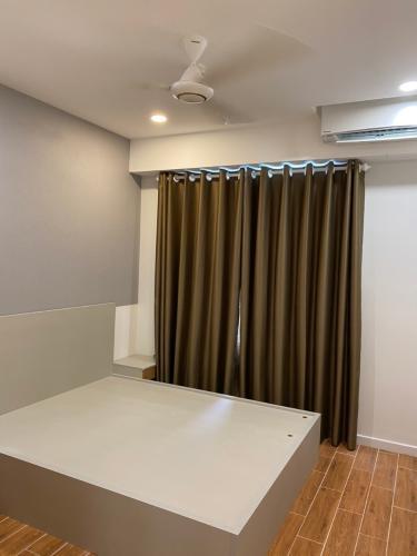 Phòng ngủ SSR Căn hộ Saigon South Residence đầy đủ nội thất, thiết kế hiện đại.