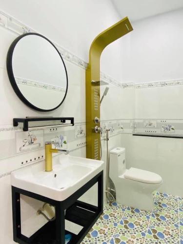Toilet căn hộ dịch vụ Quận 10 Cho thuê căn hộ dịch vụ đường Ba tháng Hai, Quận 10, cách Nhà hát Hòa Bình 200m