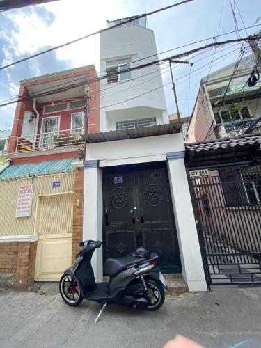 Bán nhà phố Bình Thạnh nội thất cơ bản, cách trung tâm 20 phút đi xe.