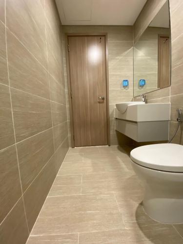 Toilet Vinhomes Grand Park Quận 9 Căn hộ view nội khu Vinhomes Grand Park tầng cao, nội thất cơ bản.