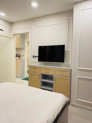 Phòng ngủ Vinhomes Golden River, Quận 1 Căn hộ Vinhomes Golden River tầng cao, hướng Đông Nam.