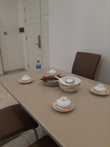 Bàn ăn Vinhomes Golden River, Quận 1 Căn hộ tầng cao Vinhomes Golden River bàn giao đủ nội thất.