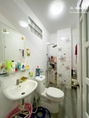 Toilet nhà phố Quận 7 Bán nhà 4 tầng hẻm Bế Văn Cấm, Quận 7, sổ hồng, đầy đủ nội thất, cửa hướng Đông