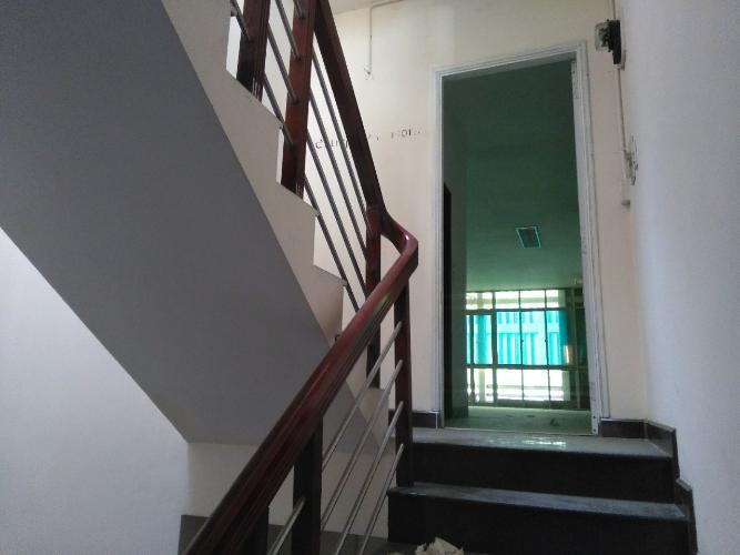 cầu thang lên phòng ngủ Nhà phố hướng Đông Bắc, đường xe hơi rộng rãi, 160m2.