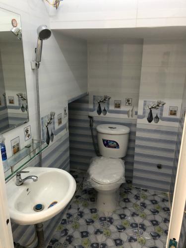 toilet nhà phố quận 1 Nhà hẻm Quận 1 diện tích 3x8m, pháp lý sổ hồng chính chủ.