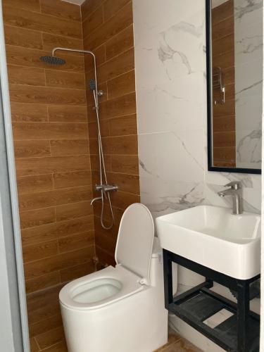 Phòng tắm nhà phố Bình Thạnh Nhà phố hướng Tây Bắc diện tích sử dụng 119.9m2, hẻm xe hơi.