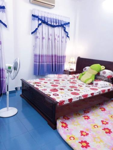 Phòng ngủ nhà phố quận Bình Thạnh Nhà hẻm Q Bình Thạnh có 2 mặt đường, có chỗ đậu xe, nội thất đầy đủ.