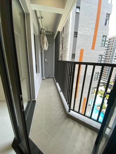Ban công căn hộ Safari Khang Điền Căn hộ view hồ bơi Safira Khang Điền tầng thấp, diện tích 63m2.
