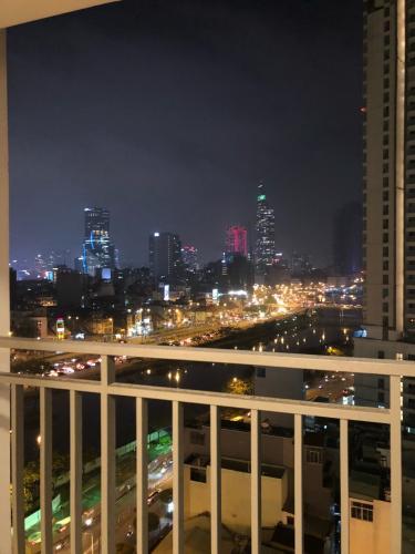 View ban công River Gate, Quận 4 Căn hộ Rivergate Residence tầng trung, view Bitexco lung linh về đêm.