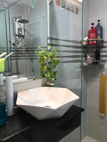 Phòng tắm Nhà phố hướng Đông hẻm xe hơi, bàn giao đầy đủ nội thất.