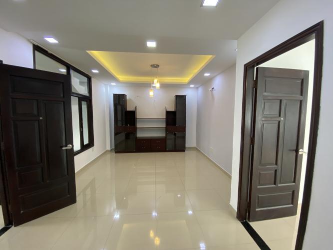 PHÒNG KHÁCH TẦNG 2 biệt thự KDC Nam Long Q7 Biệt thự KDC Nam Long nội thất cơ bản, tông trắng, thiết kế hiện đại.