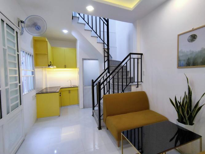 Phòng khách nhà phố Trần Đình Xu Nhà phố hẻm trung tâm Quận 1, thiết kế hiện đại.