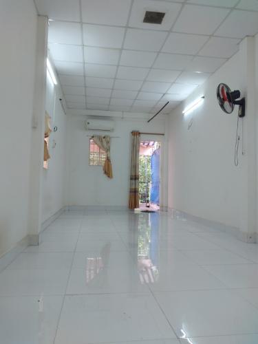 Phòng khách nhà phố đường Minh Phụng, Quận 11 Nhà phố Quận 11 hướng Bắc diện tích 4mx17m, nội thất dầy đủ.