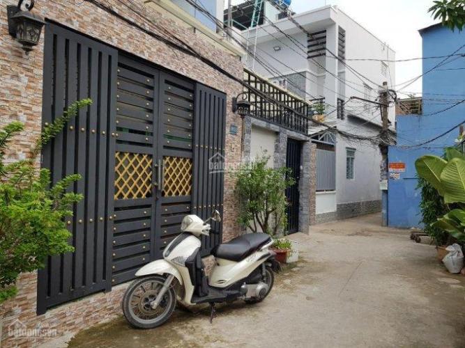 Bán nhà phố cách cầu Tân Thuận 40m, diện tích đất 45.2m2, diện tích sàn 156m2, nội thất cơ bản, sổ hồng đầy đủ.