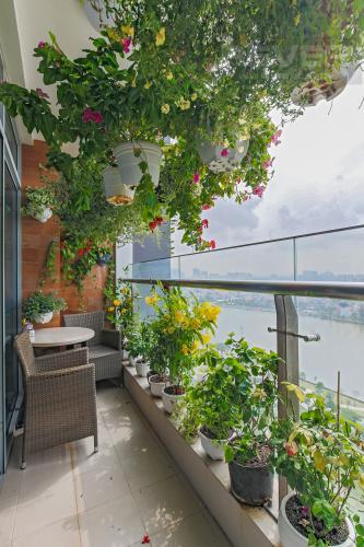 Balcony Bán căn hộ Vinhomes Central Park tầng trung tháp Park 1, 4PN 3WC, đầy đủ nội thất, view sông Sài Gòn
