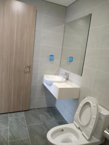 Phòng tắm  căn hộ Vinhomes Grand Park Căn hộ Vinhomes Grand Park thiết kế hiện đại, ban công view thành phố.